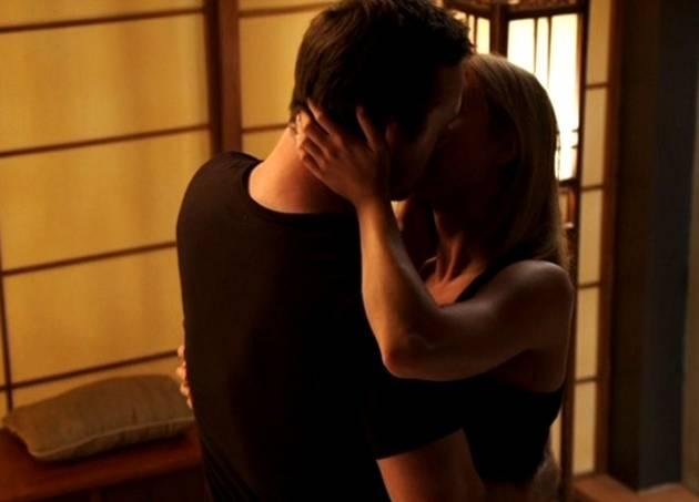 """Revenge Season 2 Episode 3, """"Confidence"""": Who Is Emily Thorne Passionately Kissing? (PHOTO)"""