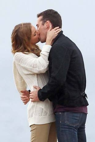 Revenge's Emily VanCamp Caught Making Out on Set — But Not With Josh Bowman! (PHOTOS)
