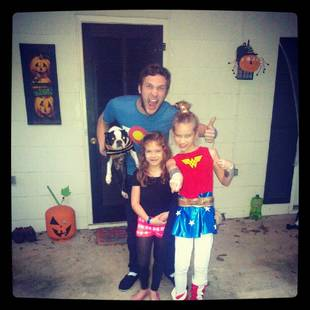 Phillip Phillip and His Nieces Get Ready to Trick or Treat (PHOTO)