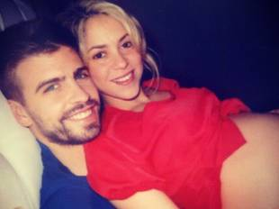 Shakira Shows Off Her Bare Baby Bump — While Snuggling With Her Boyfriend! (PHOTO)