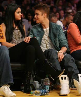 Justin Bieber and Selena Gomez Share a Courtside Kiss (PHOTOS)