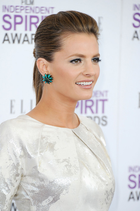 """Castle's Stana Katic Accepts PRISM Award From """"Remote Location"""" (VIDEO)"""