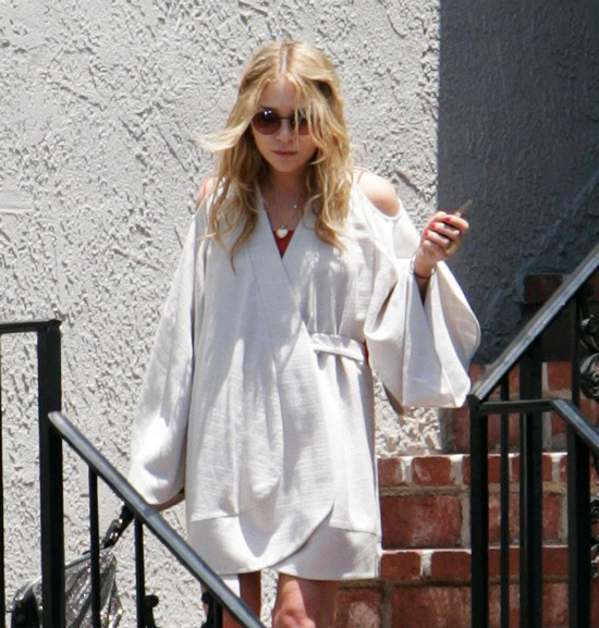 Ashley Olsen Shows Off Her Bikini Body and Goes Without Makeup in Hawaii! (VIDEO)