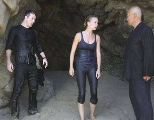 "5 Things We Learned From the Spoiler Photos From Revenge Season 2, Episode 1: ""Destiny"""