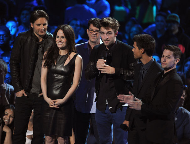 Robert Pattinson Presents at the 2012 MTV Video Music Awards — Without Kristen Stewart! (PHOTO)