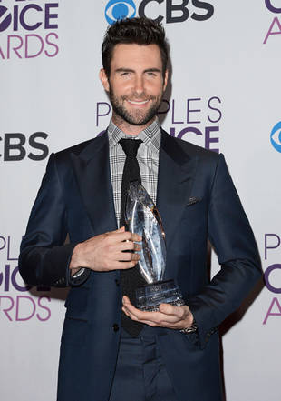 Adam Levine Wears a Sexy Suit on the People's Choice Awards Red Carpet (PHOTO)