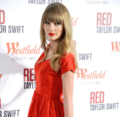 Taylor Swift and Harry Styles Spotted Kissing on New Year's Eve: Fans Cry Fake