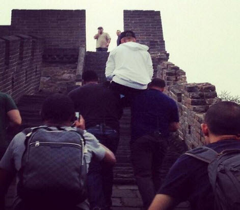 Justin Bieber's Bodyguards Carry Him Up the Great Wall of China (PHOTO)