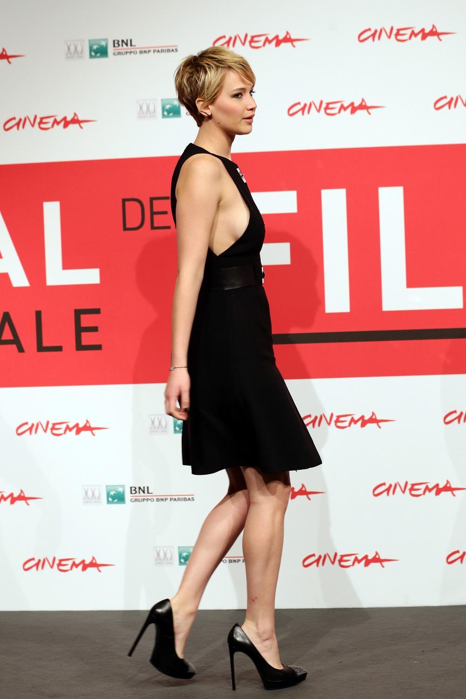 Jennifer Lawrence Reveals Major Sideboob at Hunger Games Photocall (PHOTO)