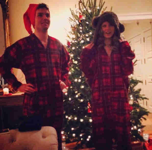 """Taylor Swift Shows Off """"Matching Christmas Onesies"""" (PHOTO)"""