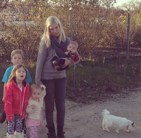Tori Spelling and Her Four Kids Are Left Stranded After Their Car Breaks Down on Road Trip! (PHOTO)