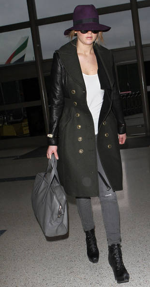 Jennifer Lawrence's Purple Airport Fedora: Hot or Not? (PHOTO)