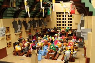 """Woman Builds """"Architecturally Accurate"""" Hogwarts Castle With Legos, and It's Amazing!"""