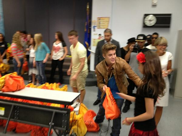 Justin Bieber Returns to Elementary School for Surprise Visit (Pics)