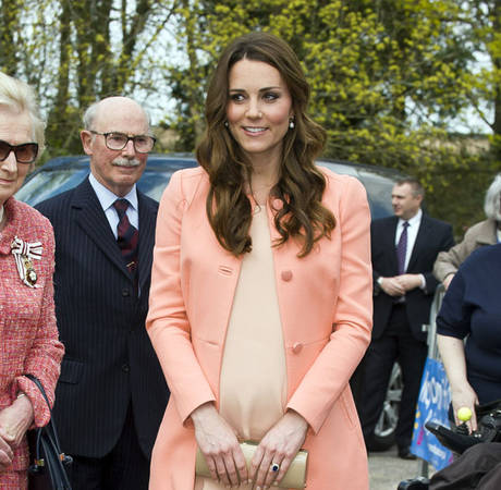 """Pregnant Kate Middleton """"Finds Pregnancy Fascinating"""" Weeks Before Giving Birth!"""