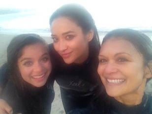 Shay Mitchell's Beach Day With On-Screen Mom Nia Peeples (PHOTO)