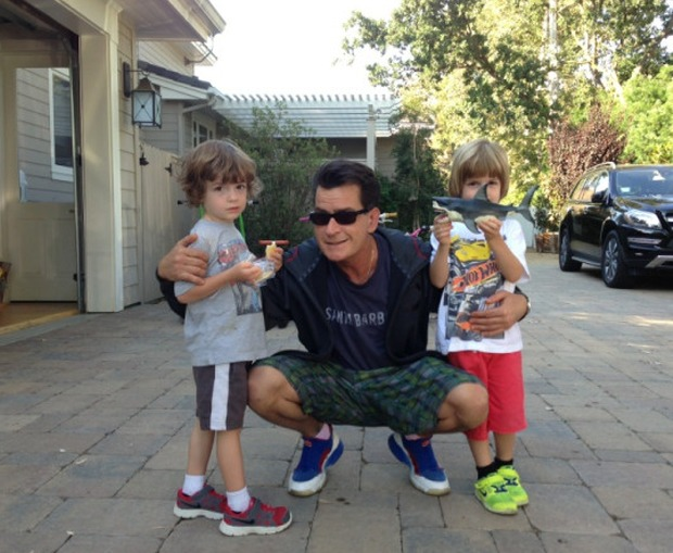 Charlie Sheen Tweets An Adorable Photo Of His Twin Boys (PHOTO)