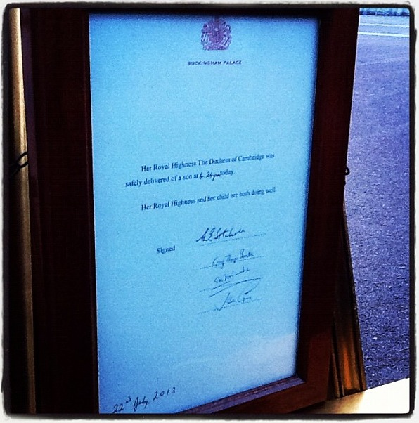 Kate Middleton's Royal Baby Birth Announcement at Buckingham Palace (PHOTOS)