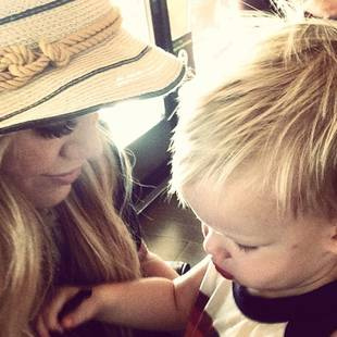 Hilary Duff and Her Son Luca Bond as Beautiful Blondes (PHOTO)