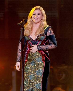 """Kelly Clarkson Praises """"Classy"""" Selena Gomez After Dissing Miley Cyrus"""