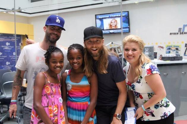 Adam Levine and Kelly Clarkson Visit a Children's Hospital While on Tour (PHOTO)