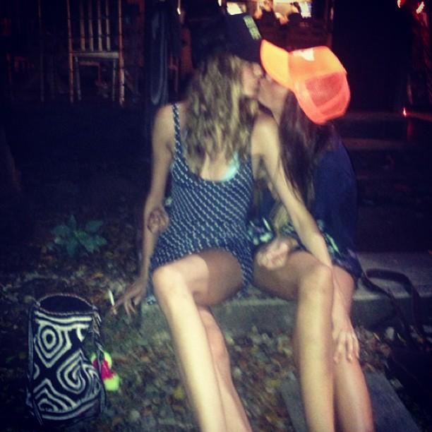 Adam Levine's Fiancée Behati Prinsloo Kisses Another Girl! (PHOTO)