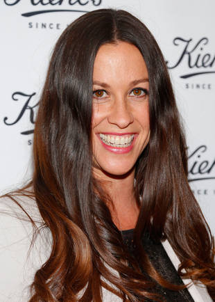 "Alanis Morissette: Home Birth Was ""Beyond Pain"""