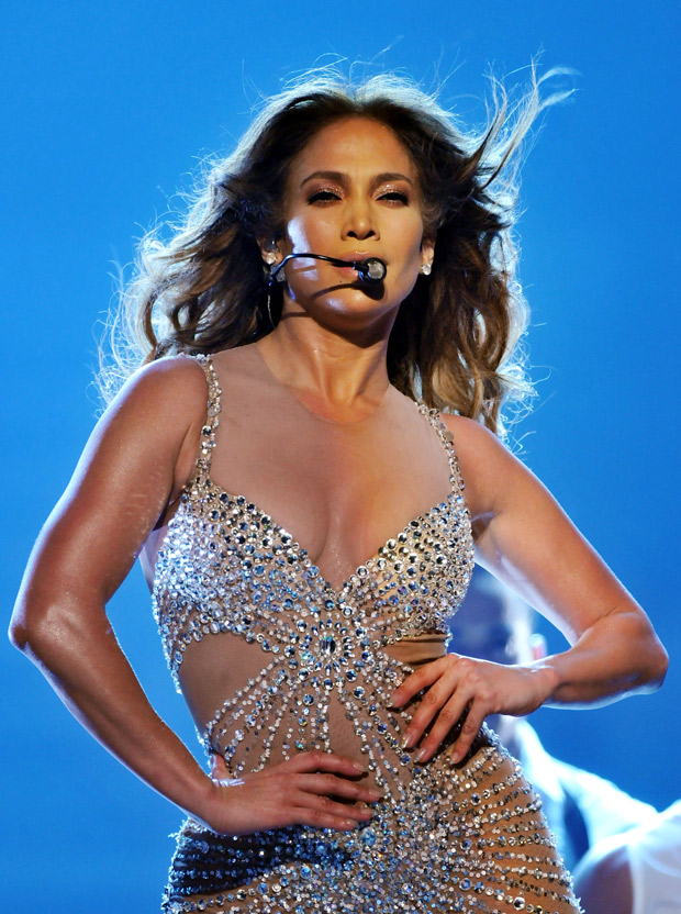 Jennifer Lopez Reveals Perfect Midsection in Belly-Baring Denim Ensemble (PHOTO)