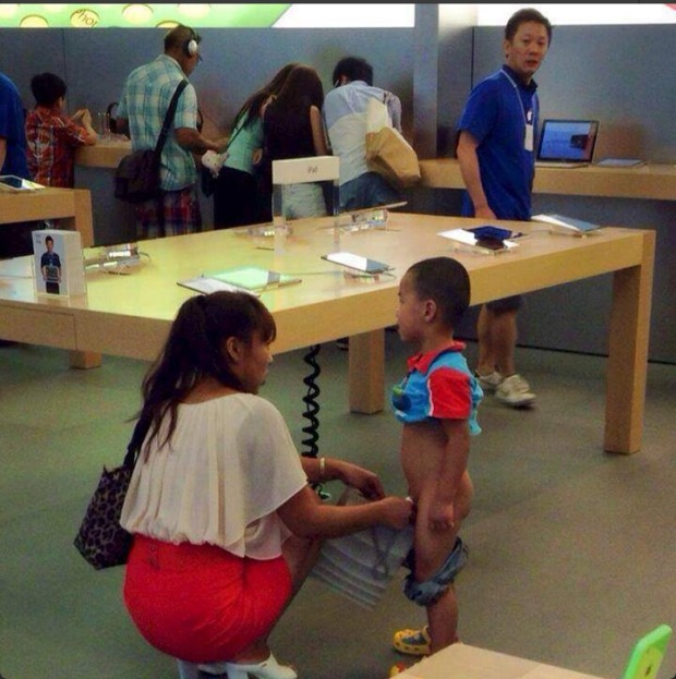 Boy Pees in the Middle of an Apple Store While Mom Holds the Cup (PHOTO)
