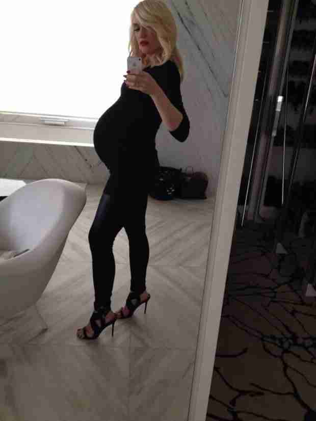 Pregnant Gwen Stefani Poses For Baby Bump Selfie in Jet-Black, Skintight Outfit