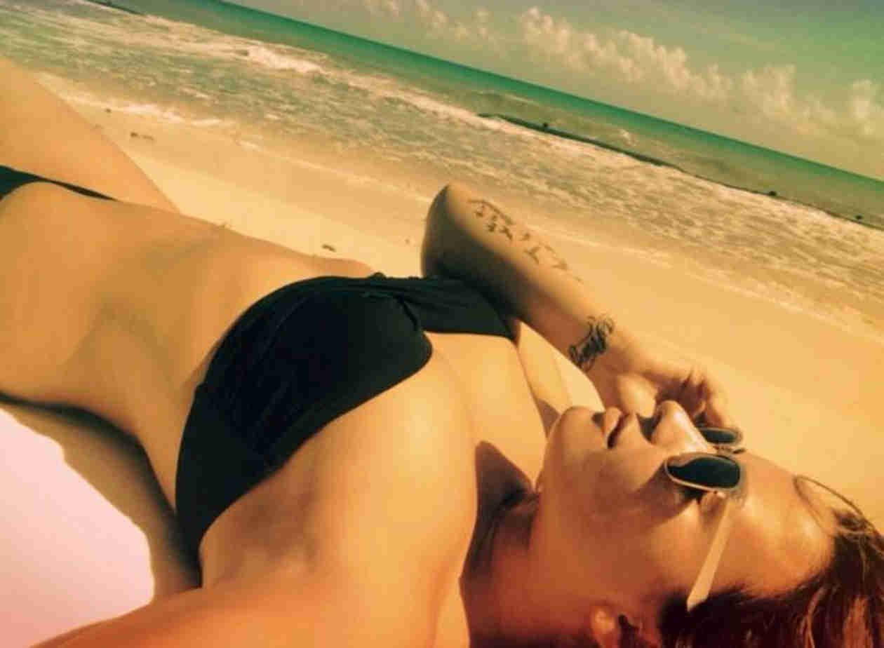 Demi Lovato Flaunts Toned Tummy and Tattoos in Teeny-Weeny Black Bikini (PHOTO)