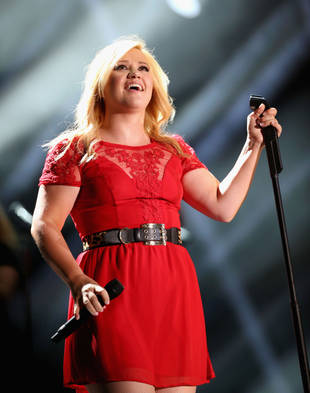 Pregnant Kelly Clarkson Plans to Release Album This Year!