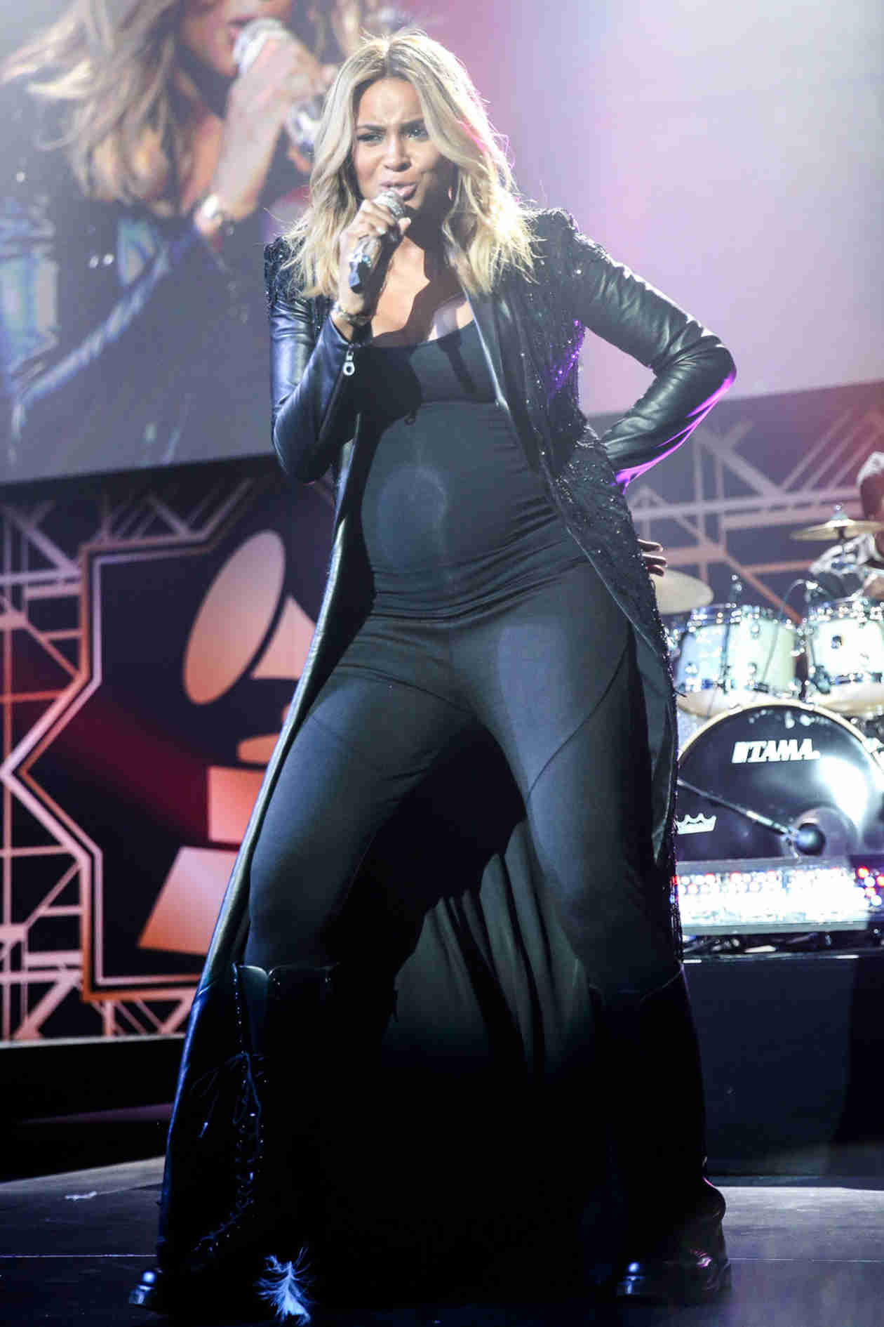 """Pregnant Ciara Performs Sexy Jams """"Ride It"""" and """"Pony"""" For Valentine's Day! (VIDEOS)"""