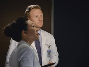 "Sandra Oh and Kevin McKidd Talks Cristina and Owen's ""Badass"" End on Grey's Anatomy (VIDEO)"