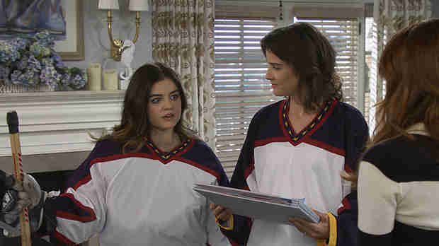 Pretty Little Liars Star Lucy Hale Returns to How I Met Your Mother (PHOTO)