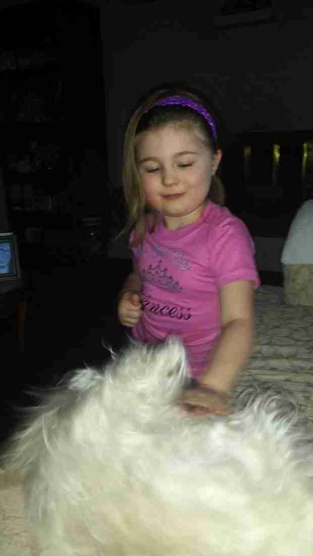 Amber Portwood's Daughter Leah Plays With a New Furry Friend! (PHOTO)
