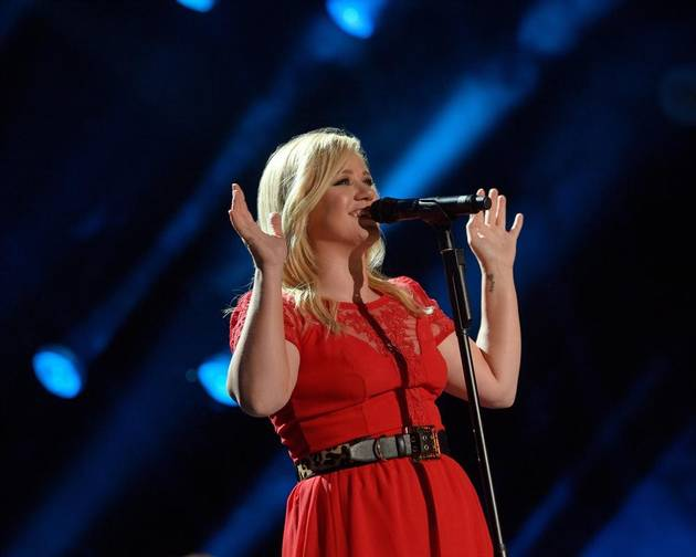 "Pregnant Kelly Clarkson: My Baby Is ""Moving Like Crazy"""
