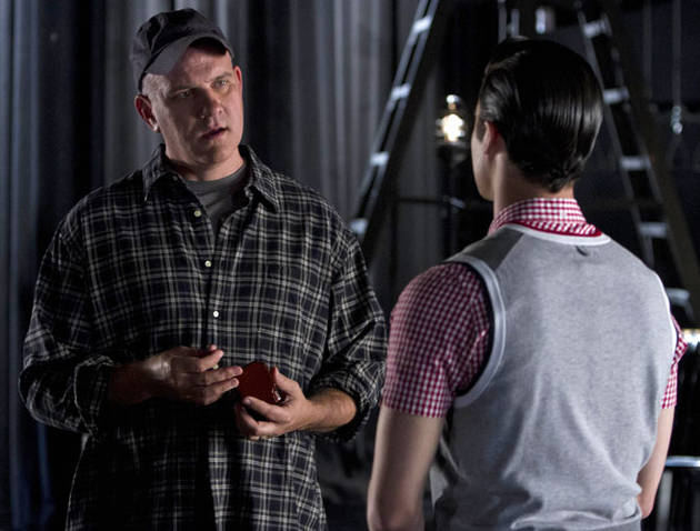 "Glee Spoiler: Scene With Kurt's Dad in ""Bash"" Will Make You Sob"