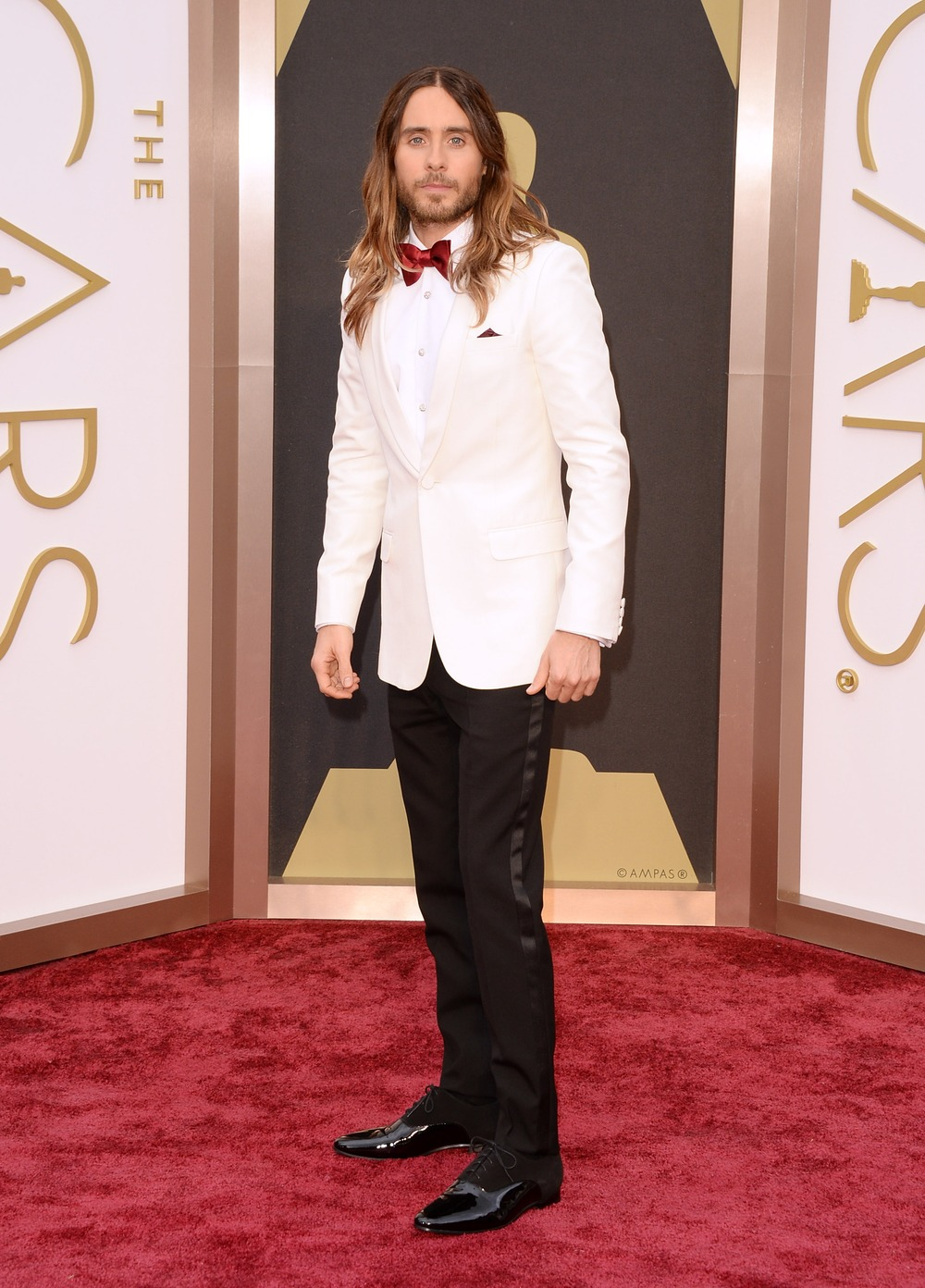 Oscars 2014: Jared Leto Gets Cozy on the Red Carpet With WHO? (VIDEO)