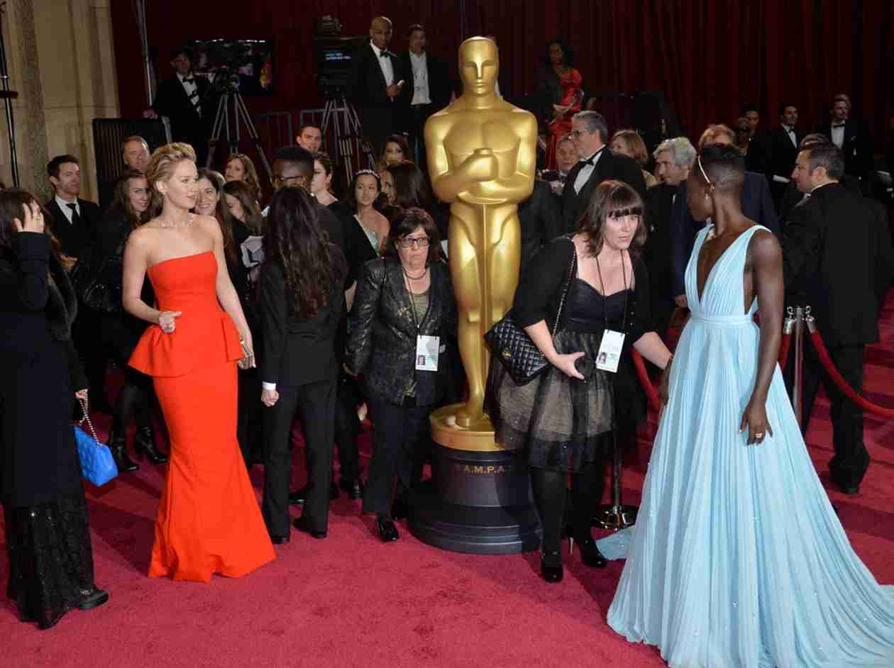 """Jennifer Lawrence and Lupita Nyong'o """"Fight"""" Over Oscar: See the Pic! (PHOTO)"""