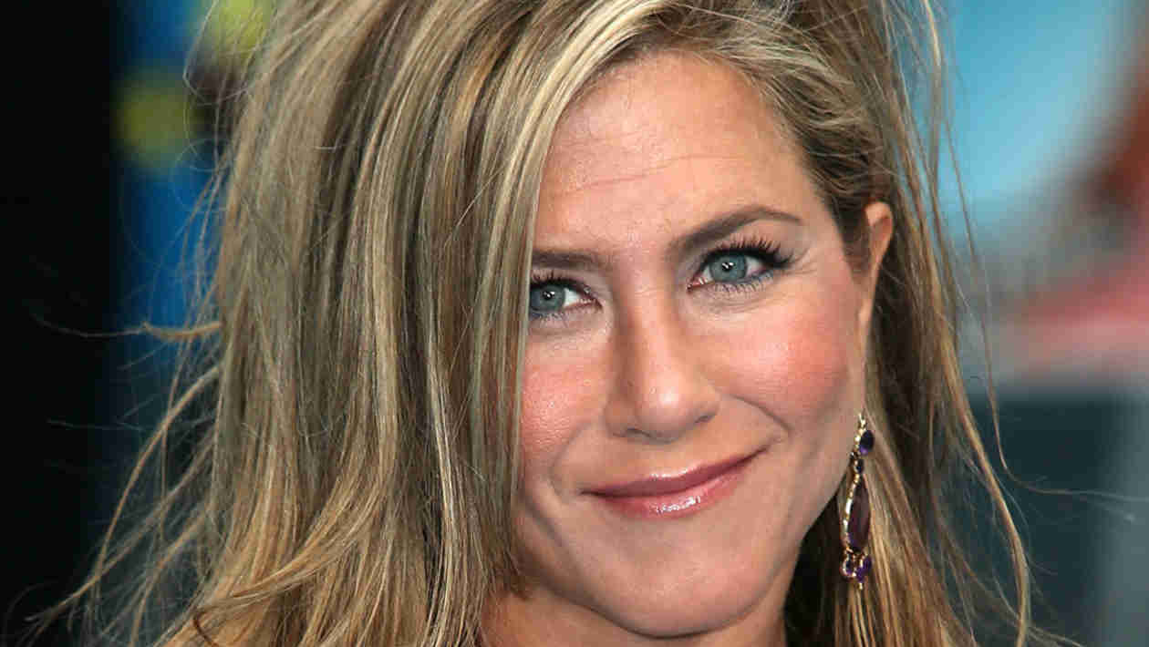 Jennifer Aniston Goes Back to Blond!