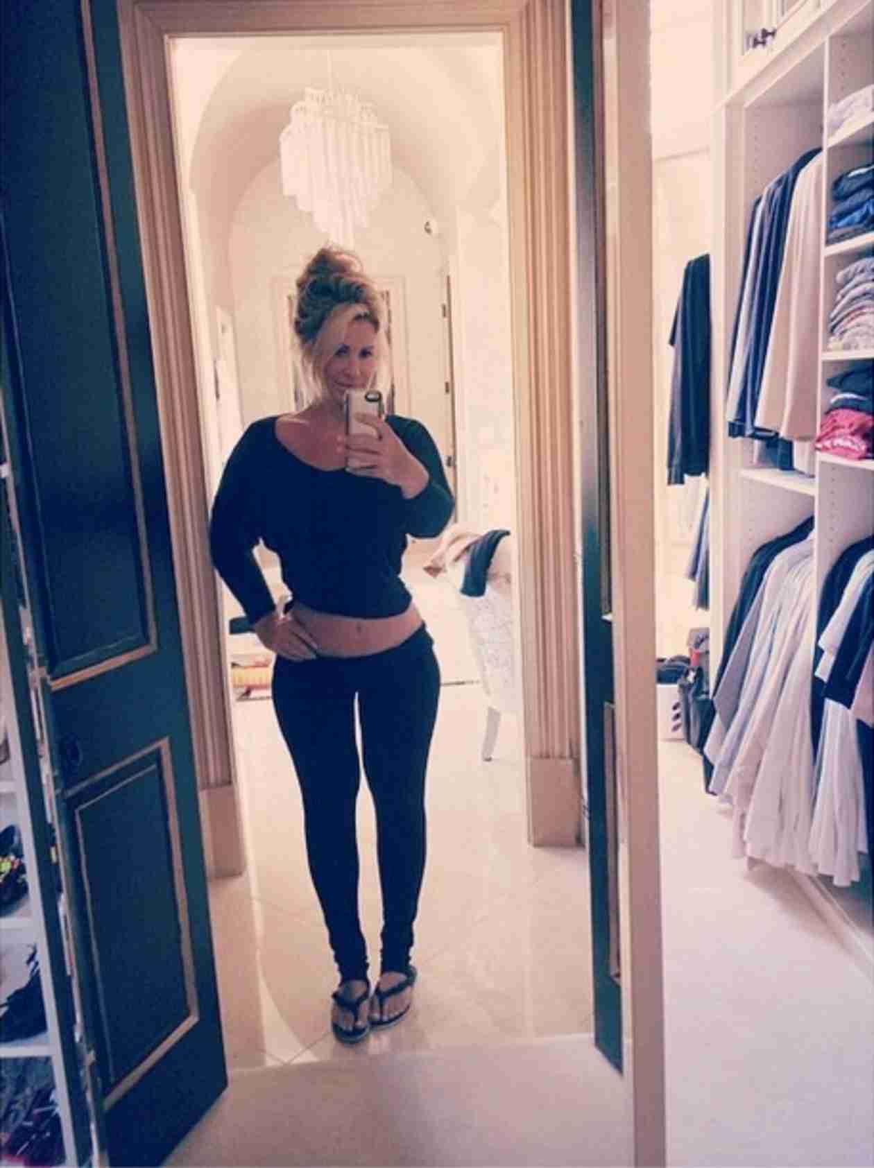 Kim Zolciak Shows Off Her Flat Stomach… in Sweats! (PHOTO)