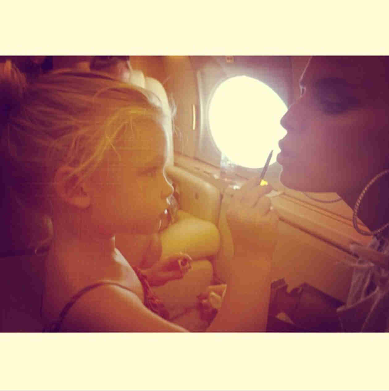 """Jessica Simpson's Daughter Maxwell """"Loves Doing Mommy's Makeup"""" (VIDEO)"""