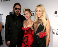 061815-amfar-inspiration-gala-billy-ray-cyrus-miley-cyrus-tish-cyrus